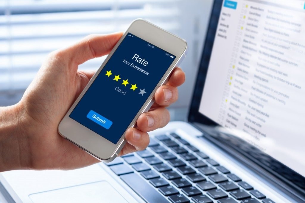 customer giving a four-star rate using her phone